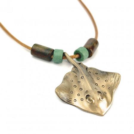 collier-raie-manta-bronze-et-perles-made-in-canada